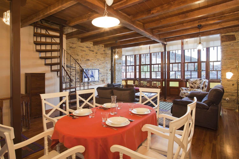 Comedor y salón con chimenea - Apartamento rural La Galería