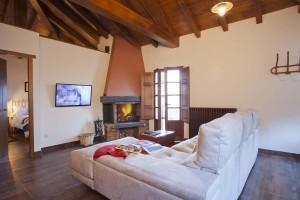 Salón con chimenea del apartamento El Pajar - Apartamentos rurales La Leyenda de Oscos