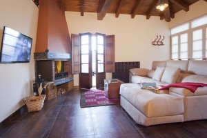 Salón con chimenea del apartamento El Pajar